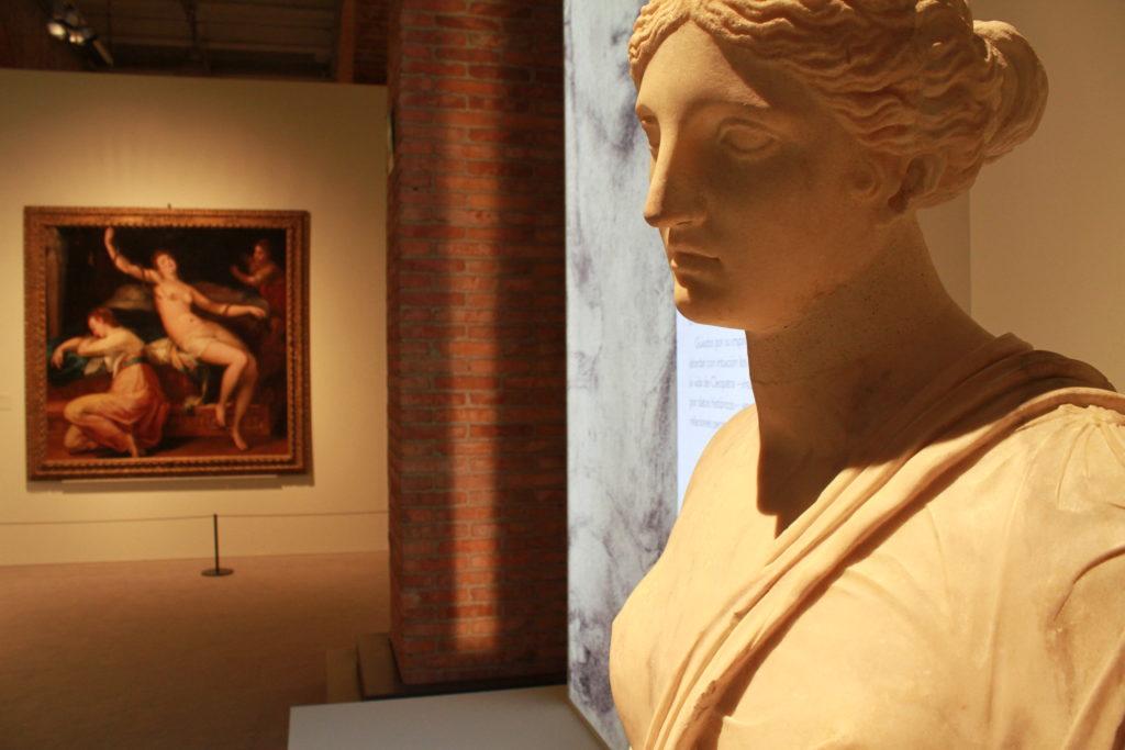 Sala de la exposición «Cleopatra y la fascinación de Egipto».