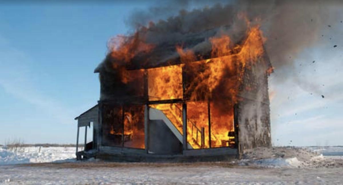 Heather Benning, La casa de muñecas: Incendio no 2, 2013, fotografía digital Kodak Endura, 50,8 x 76,2 cm. Cortesía de Heather Benning